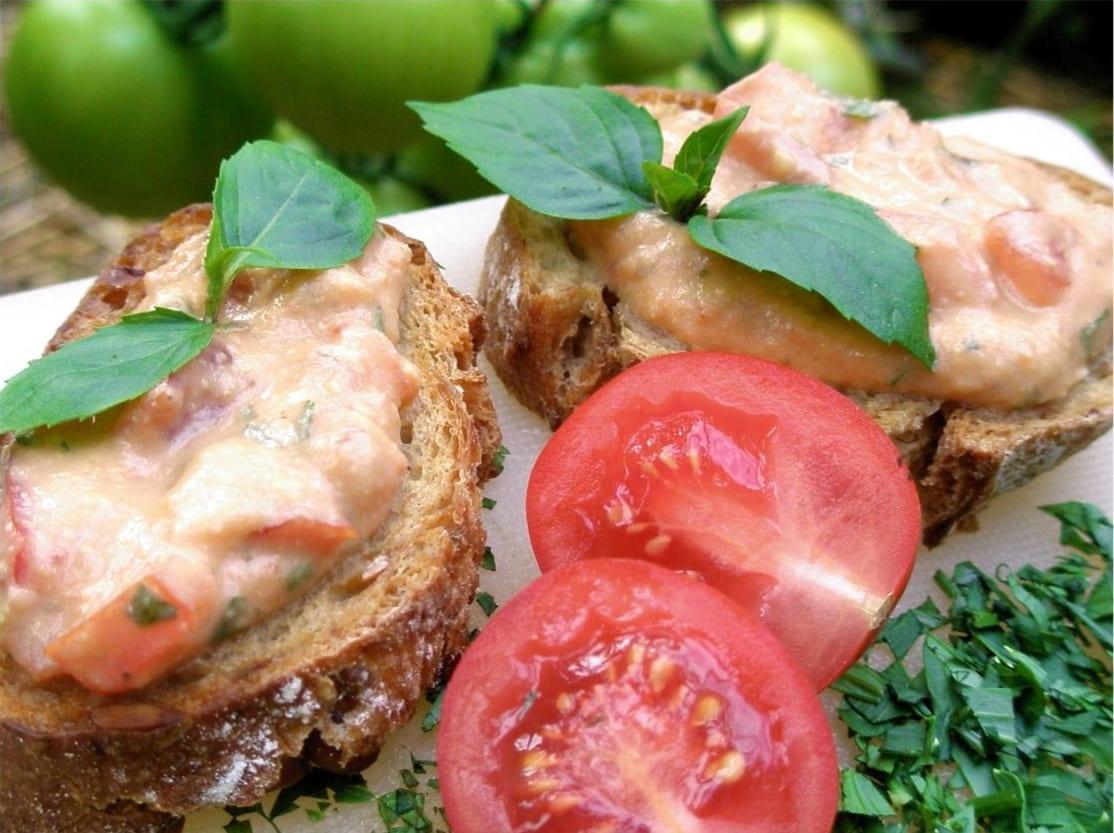 Bruschetta s PÂTIFU rajče-olivy